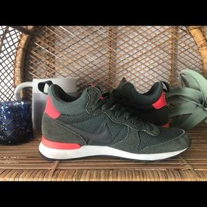 78618a66eaa Women s Nike Internationalist Mid on Poshmark